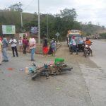 FLAVIO ALFARO |  Motociclista queda tendido en la calle tras perder el control de su moto