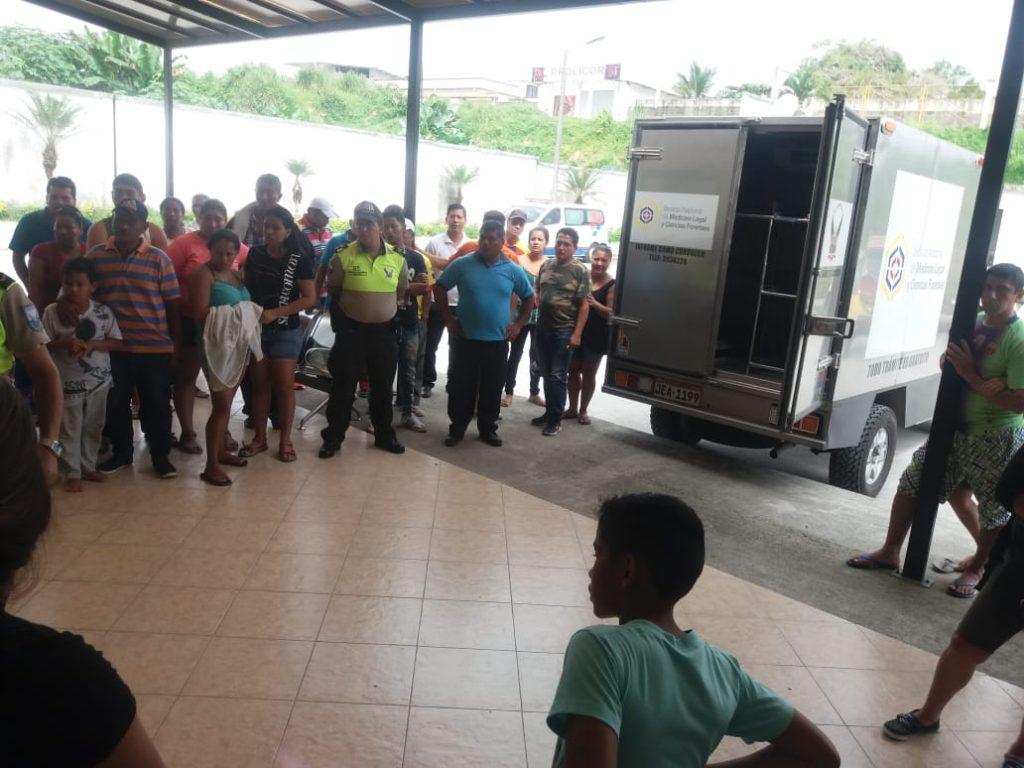FOTO. El cuerpo del fallecido cuando era llevado al Centro Forense de Santo Domingo de los Tsáchilas