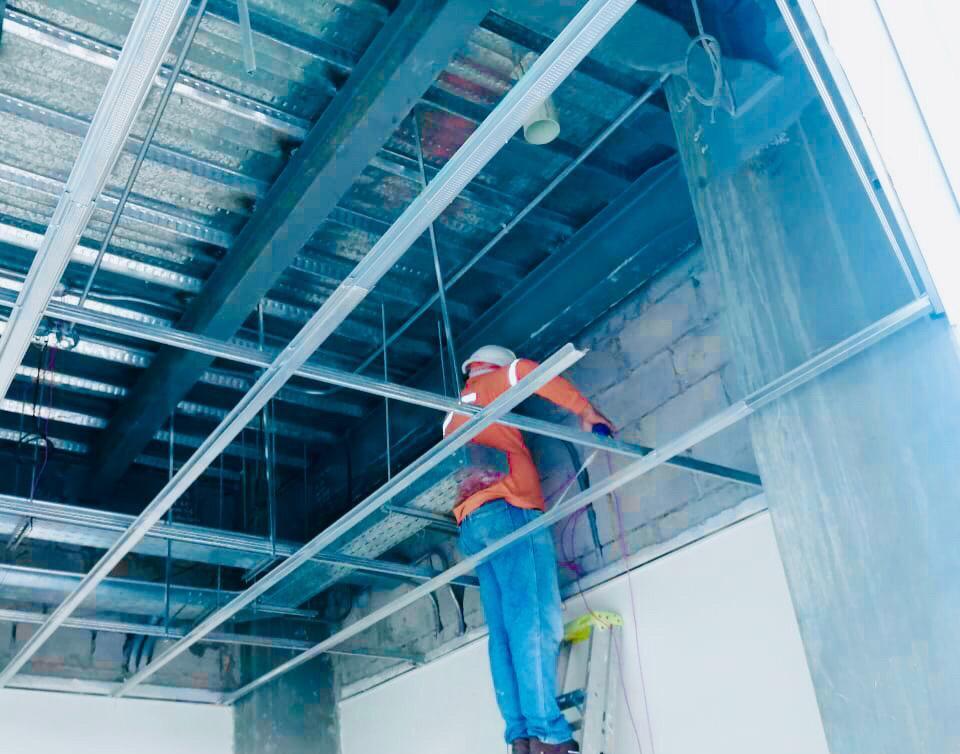 Colocan adoquines, ductos y se da mantenimiento a pista de aterrizaje en aeropuerto Eloy Alfaro