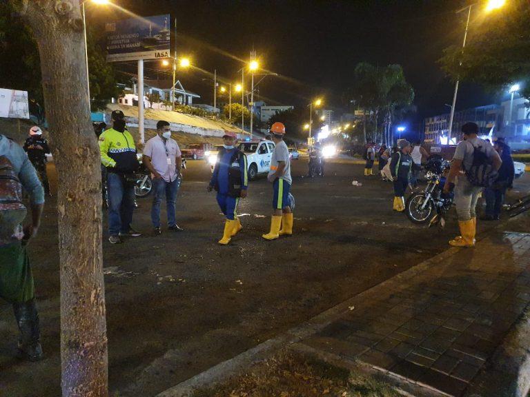 Manta. Policía Nacional y agentes de Control de la Alcaldía desalojan a vendedores de pescado de las afueras del puerto